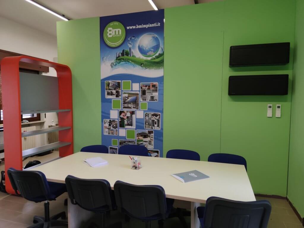 ufficio impianti elettrici a verona con pareti verdi tavolo e sedie